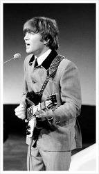 존 레논, 비틀즈의 창립 멤버, 솔로 음반 판매량은 미국에서만 1,400만 장을 돌파하다.