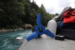 강물을 이용해서 전기를 생산하는 휴대용 수력 발전기 Estream