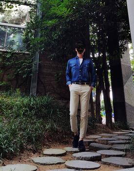[남자 깔끔한 코디 : 가을 남친룩 코디] 남자 데님셔츠 코디 + 남자 아이보리 바지 코디 with 엘칸토 네이비 구두