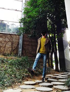 남자 카키 코트 코디 [이지오] 카키색 더블 코트 with [로맨티커스] 소프트그린 니트 : 2017년 트렌드 컬러, 그리너리