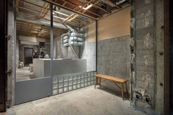 옛 건물의 재료가 노출된 날 것 그대로의 일본 카페- [Yusuke Seki creates stripped-back coffee shop with raw concrete walls in Kobe]