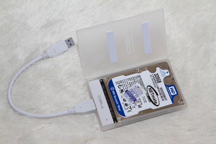 I-NA201U Plus, ineo, It, Review, USB 2.0, USB 3.0, USB 3.0 외장하드 케이스 추천, 대여폭, 리뷰, 벤치, 벤치마크, 사용기, 아이네오, 외장하드, 외장하드 케이스, 외장하드 케이스 추천, 제품, I-NA216U Plus, 강원전자, iNEO,USB 3.0 외장하드 케이스 정말 저렴한 것을 하나 소개해 봅니다. 이미 그전에도 알루미늄 케이스를 하나 소개한적이 있는데 이번건 강원전자에서 USB 3.0 외장하드 중 가장 싼 케이스중 하나 입니다. 저렴하게 만들기 위해서 케이스 외형은 플라스틱으로 되어있습니다. 물론 USB 3.0 인터페이스를 가지고 있기에 속도는 정말 좋습니다. 그리고 직접 써본봐로는 2.5 인치 하드디스크가 발열이 그렇게 높지 않기 때문에 플라스틱 케이스로 사용해도 별 문제가 없네요. 실제 테스트를 하기 위해서 동영상을 9개를 동시에 재생을 몇시간동안 반복을 했습니다. 그래도 발열은 문제가 없었네요. 물론 환경에 따라 차이는 나겠지만 큰 문제가 없을듯합니다. 게다가 외장형 하드디스크를 계속 켜놓고 사용하는 일은 드물고 데이터 보관용으로 주로 사용을 할것이기에 동영상을 재생하는 용도 등으로는 전혀 문제가 없을듯하네요. 가장 큰 장점이라면 가격적인 측면 입니다.  USB 3.0 외장하드 사용은 아무래도 어쩔 수 없는 선택인듯 합니다. 하위 호환이 되기 때문에 자신의 메인보드가 USB 2.0 을 지원하더라도 사용이 가능하기 때문이죠. 가격차이가 얼마 나지 않기 때문에 궂이 USB 2.0 인터페이스 외장하드 케이스를 구매할 이유는 없지요. 점점 USB 3.0 을 사용하는 컴퓨터도 보급율이 높아지고 있으니까요. 성능도 실제 전송속도가 USB 2.0 과 USB 3.0 외장하드 케이스는 차이가 2배 차이가 납니다.