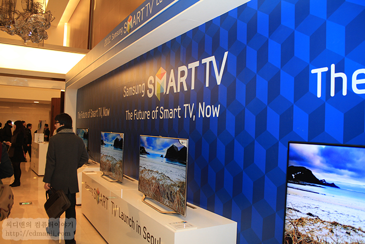 """삼성 스마트TV, 음성, 모션, 인식, 스마트 에볼루션 키트, 신제품 발표회, IT, 제품, 리뷰, 사용기, 후기, CES2012, 삼성, SAMSUNG, 강의, 시연, Smart Interaction, 하이 티비, ES6800, ES6600, allshare play, 클라우드, 서비스,삼성 스마트TV 신제품 발표회에서 앞으로 삼성이 어떤 모습으로 사용자들을 휘어잡을지에 대해서 알아보았습니다. 가장 핵심이 되는 내용은 음성 모션 인식의 Smart Interaction 과 스마트 에볼루션 키트 입니다. CES2012를 직접 다녀와서도 느낀것이지만, 예전에는 좀 더 많은 기술력 좀 더 많은 기능을 사용자에게 쓰도록 강요를 했다면 지금은 좀 더 쉽게 사용하고 좀 더 사용자 중심의 인터페이스로 발전을 하고 있다는 것 입니다. 이번에 저 역시 삼성 스마트TV에 관심이 많아서 """"하이 티비"""" 라고 말하며 직접 음성인식과 모션 인식등을 사용해 보았습니다. 직접 해보는것만큼 좋은것은 없더군요. 저 역시 이번에 몰랐던 사실을 많이 알게 되었습니다."""