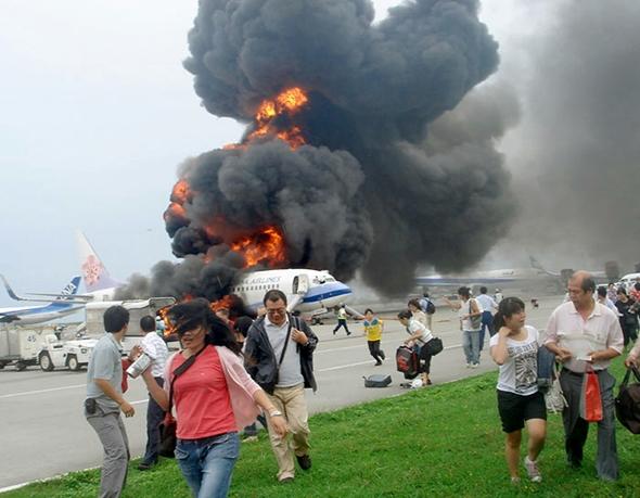 이렇게 항공기가 폭발 혹은 화재가 커지기 전에 최대한 신속하게 탈출할 수 있어야 한다.