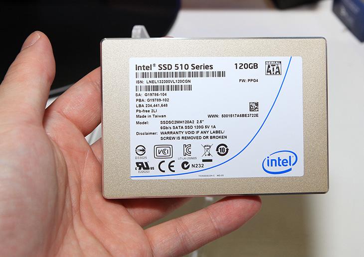 인텔 SSD, 인텔SSD, intel ssd, 에스에스디, intel, intel toolbox, It, SSD 최적화, SSD최적화, 리뷰, 사용기, 성능, 옵티마이저, 인텔, 인텔 툴박스, 제품, 최적화, 툴박스,베타뉴스 IT 패스티벌에 가서 인텔 SSD에 대한 설명을 들을 수 있었습니다. 근데 아직 SSD를 아주 특별한 존재로 아는 분들이 많더군요. 뒤에분들의 대화를 듣게 되었는데 이건 어떤장치야라는 물음에 옆에분이 노트북용 하드디스크라고 하더군요. 플래시타입이라 성능이 빠르다고 근데 아직은 가격이 비싸다고 말이죠. 네 맞는말이긴 하지만, 몇가지 생각해보면 디스크를 구동시키는 형태의 하드디스크 경우 디스크의 크기가 중요하기에 3.5인치 또는 2.5인치 아주 예전에는 5.25인치 크기의 하드디스크가 있었고 용량과 성능에도 연관이 있었습니다. 하지만 SSD라는 낸드플래시 기반의 드라이브가 나오고 난뒤로는 크기는 의미가 없어졌습니다. 2.5인치의 SSD 를 꼭 노트북에만 쓰기위해서 만든건 아니죠. 데스크탑에도 사용이 가능 합니다. 2.5인치의 크기는 노트북에도 쓰일 수 있고 변환가이드를 통해서 데스크탑에도 사용이 가능하다는것이죠.  그리고 SSD는 아주 특별한 무언가는 아닙니다. 사용하는 입장에서는 신뢰도가 있는 SSD를 구매해서 노트북이나 데스크탑등에 운영체제용으로 사용을 하면 됩니다. 실제로 저에게 묻는 물음중에 많았던게 이전 하드디스크 뒤에 선 두개를 빼서 그대로 꽂으면 되냐는 물음이었습니다. 답을 말하자면 하드디스크와 SSD 뒤에 인터페이스가 동일하므로 그대로 뽑아서 그대로 꽂으면 됩니다. 그냥 보통의 하드디스크처럼 쓰면 되는것이죠.