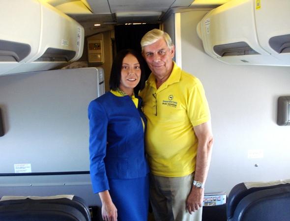 우크라이나항공 승무원과 함께 기념 촬영한 Fred Finn