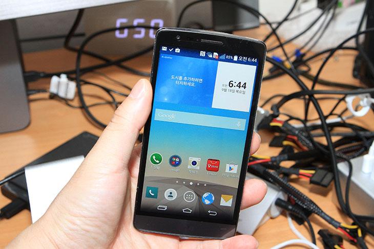 LG G3 비트 노크코드, 구성품, 디자인,LG G3 비트,G3 beat,beat,지3,지3 비트,IT,IT제품리뷰,스마트폰,노크코드,knockcode,LG,엘지,LG G3 비트 노크코드 활용해 보도록 하죠. G3 계열 스마트폰은 모두 이것이 가능한데요. 한번 익숙해지면 상당히 편합니다. Beat의 구성품 과 디자인에 대해서도 살펴보겠습니다. LG 스마트폰들은 지금은 이제 후면 인터페이스로 완전히 자리를 잡았습니다. LG G3 비트도 후면 인터페이스 입니다. 노크코드가 나온 이유도 그것이긴 하죠. 버튼이 뒤에 있어서 측면 버튼에 익숙한 사용자들은 불편하지 않을까 생각할 수 도 있지만 LG G3 비트 노크코드를 한번 써보면 아 그렇지 않구나 하고 알게 될 것입니다. 꺼진 화면 상태에서 화면을 톡톡 치면 화면이 켜집니다. 노크온 인데요. 근데 여기에 노크코드가 더해집니다. 코드는 자신만 아는 패턴을 입력해서 꺼진 화면 상태에서 화면에 패턴을 입력하면 화면이 잠금 해제는 물론 켜지게 됩니다. 꺼진 상태로 바로 패턴 입력 및 화면도 켤 수 있는 이유로 보안성도 상당히 높습니다. 화면을 끌 때에도 화면을 두드려서 끌 수 있는 이유로 후면 부분의 버튼을 이용하는 번거로움을 줄일 수 있습니다.