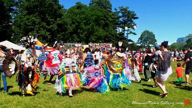 원주민과 함께 춤을 춥니다
