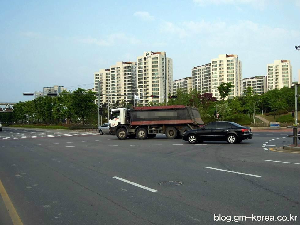 도로에서 대형트럭은 무조건 피해야 하는 이유 네 가지 - 압사바리