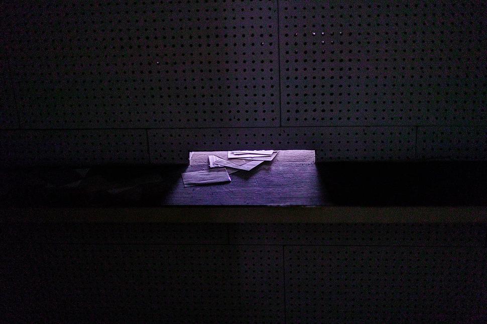 새어들어오는 빛 사이로 보이는 편지들