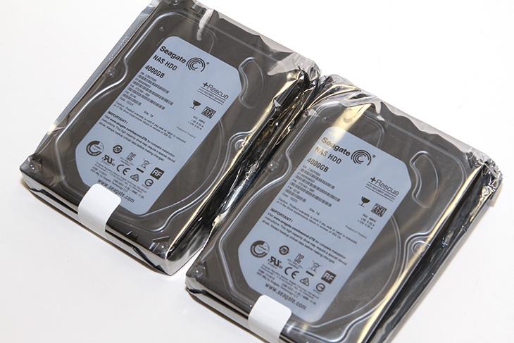 씨게이트 NAS HDD, 4TB, 후기, Qnap NAS,Qnap, NAS,TS-251C,IT,IT 제품리뷰,후기,사용기,시게이트,NAS,씨게이트 NAS HDD 4TB 후기를 올려봅니다. Qnap NAS에 사용하기 위해서 이 장치를 준비해 봤는데요. Seagate는 아주 오래전부터 많은 하드디스크를 만들어왔고 지금은 SSD 제품도 출시하고 있습니다. 최근에는 아주 얇은 외장하드를 출시하기도 했죠. 씨게이트 NAS HDD 4TB 후기를 통해서 이 하드디스크가 이미 사용자들이 쓰고 있는 데스크탑 하드디스크와 어떻게 다른지 간단하게 알아보려고 합니다. 보통 NAS용 하드디스크라고 하면 신뢰도가 높은 하드디스크로 알려져 있습니다. 씨게이트 NAS HDD 4TB는 소호용 기업용으로 또는 NAS용 하드디스크로 적합한 모델 입니다. NAS에 최적화된 하드디스크의 기본 성능을 알아보고 추후에 Qnap NAS에 장착해서 사용해보도록 하겠습니다.