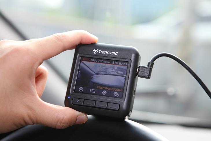 트랜센드 DrivePro 200 사용기,트랜센드 DrivePro 200 후기,사용기,후기,IT,IT 제품리뷰,차량,블랙박스,DP200,트랜센드,Transcend,트랜센드 DrivePro 200 사용 후기를 올려봅니다. 블랙박스로 본 세상을 보면서 블랙박스의 중요성을 여러번 느끼게 되는데요. 사고가 났을 때 그것을 증명해주는 자료로 정말 유용하게 사용이 되죠. 요즘은 화질도 많이 좋아지고 사용성도 무척 편리해졌는데요. 트랜센드 DrivePro 200 사용성은 무척 편리합니다. 화면이 후면에 붙어있는 형태로 설정을 하거나 조작을 할 때 직관적으로 작업을 할 수 있습니다. 메뉴조작도 간단하고 글자도 크게 나타나서 트랜센드 DrivePro 200 사용이 무척 쉬웠는데요. 녹화된 화질을 LCD 화면으로 보면 그런데 좀 거칠게 나옵니다. 그런데 이건 항상 동작하는 블랙박스 특성상 그렇게 되어있습니다. 실제로 녹화된 영상은 MicroSD 에 녹화가 되므로 이것을 컴퓨터에 옮겨서 내용을 볼 수 있습니다. 그런데 꼭 컴퓨터로 옮겨서 볼 필요는 없습니다. WiFi가 가능한 DP200은 스마트폰에 앱을 설치 후 앱을 통해서 영상을 바로 확인할 수 있습니다.