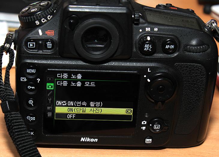니콘 D800 다중 노출, 다중노출, Dlsr, Dslr 다중 노출, 사진, IT, 니콘 D800 동영상 샘플, 니콘 D800 다중 노출을 하면 여러장의 사진을 합쳐서 독특한 사진을 만들 수 있습니다. 예전에는 필름을 현상전에 겹쳐서 이런 효과도 내고 했다지만 요즘은 디지털이니 어렵지않게 바로 여러장의 사진을 합성할 수 있습니다. 농구할 때 멋진 레이업을 겹쳐서 찍을 수 있는것이죠. 니콘 D800 다중 노출 설정은 간단했습니다. 다중 노출을 연속 또는 단일로 설정하고 몇 장을 찍을지 설정해주면 됩니다. 그 후 사진을 찍으면 알아서 합쳐주죠. 물론 사진을 손에 들고 촬영하는것은 힘듭니다. 삼각대나 고정된 곳에 올려놓고 찍어야 깨끗한 이미지를 얻을 수 있었습니다. 피사체와 배경은 차이가 커야 효과가 더 좋더군요. 야외 동영상 촬영도 함께 해봤습니다. 덤으로 농구도 잠깐 하고 왔네요. 운동은 평일에 4일정도 하고 나머지 3일은 쉬어야 좋다고 하는데 어쩔 수 없이 운동은 잠깐씩 밖에 못하는군요.