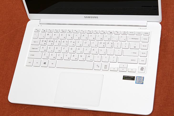 삼성, 노트북9 ,always, 15인치, 하얀색의, 이쁜, 노트북, 디자인,IT,IT 제품리뷰,실제로 써보고 깜짝 놀랐습니다. 너무 이쁘고 사진으로 보는것과 달랐습니다. 삼성 노트북9 always 15인치 하얀색의 이쁜 노트북 디자인에 대해서 알아볼텐데요. 스펙적인 부분 그리고 기대감 앞으로 적을 내용들에 대해서도 알아보겠습니다. 삼성 노트북9 always 15인치 모델명은 NT900X5N-X58W를 살펴볼텐데요. 15인치 모델인데 슬림하고 튼튼하며 보조배터리로 충전도 가능한 특이한 기능을 가진 제품 입니다.