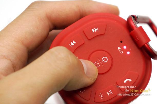 8ebcb95f04e 반대쪽 측면에 있는 전원 버튼 부분을 살짝 누리면 AUX, SD카드, 블루투스의 모드를 누를 때 마다 변경 합니다. AUX 연결이 되어  있지 않거나 SD카드가 없으면 별도로 ...