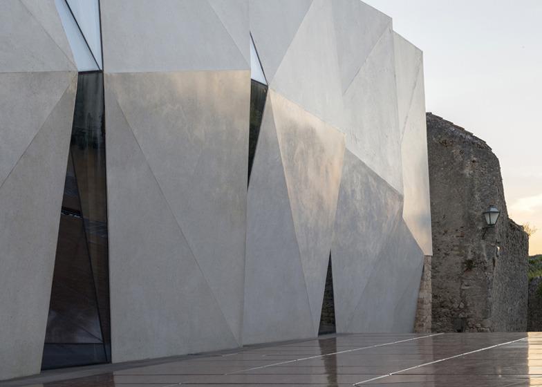 *콘크리트 파사드가 인상적인 스포츠 홀 [ Idis Turato ] Concrete-clad sports hall