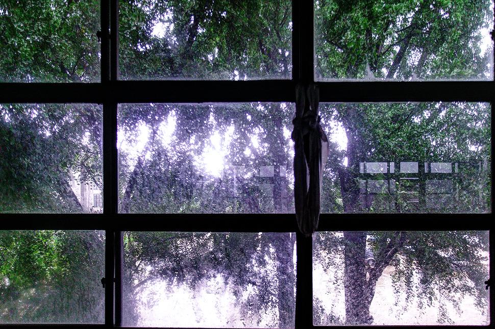오래된 창문틀에 묶여있는 천쪼가리.