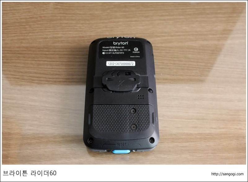 하단 왼쪽이 마이크로SD, 오른쪽이 USB 잭임