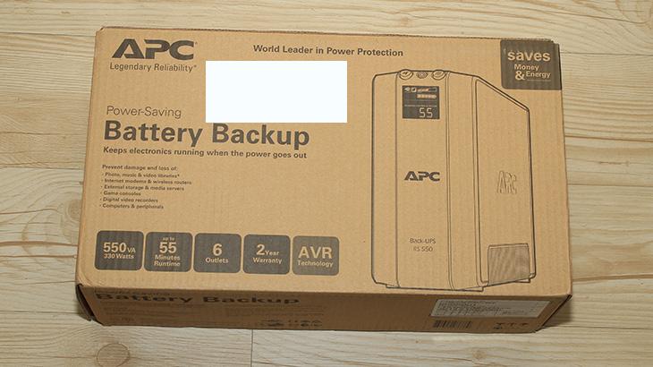 APC Back UPS Pro 550 후기, APC UPS 후기, APC, APC UPS, UPS, 무정전시스템, 무정전, 번개, 서지, 배터리, 보호, IT, 리뷰, 후기, 사용기, 여름, APC BE550-KR, 기업용, SOHO,APC Back UPS Pro 550 후기를 이제 올릴 때가 되었군요. 이제 좀 있으면 날씨가 따뜻해지고 전기를 많이 쓰는 여름이 다가 올 것입니다. 여름되면 번개도 많이 치고 정전도 자주 발생할 수 도 있는데요. 이것만 있으면 컴퓨터 및 서지 보호를 할 수 있습니다. APC Back UPS Pro 550 사용을 하면 되는데요. APC UPS는 저에게 익숙한데요. APC BE550-KR를 이미 쓰고 있기 때문입니다. 가정용으로 사용하기에는 상당히 좋은 제품이죠.  다만 이번에 소개할 APC Back UPS Pro 550는 SOHO용 또는 기업용으로 사용될 수 있는 제품 입니다. 그냥 단순히 전력차단을 보호해주는 역할 뿐만 아니라 여러가지 기능을 내장한 모델 입니다. 하지만 사용을 너무 어려워할 필요는 없습니다. 설치 방법이나 사용법은 상당히 간단한 편입니다. 맞는 구멍에 맞춰서 꽂는것만으로도 사용은 가능하니까요. 그럼 잘 모르는 초보라는 가정하에 살펴보도록 하겠습니다.