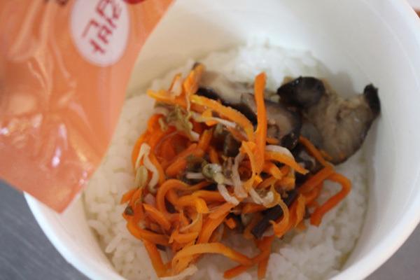 단돈 2,500원 햇반컵반 비빔밥을 먹어 보니...