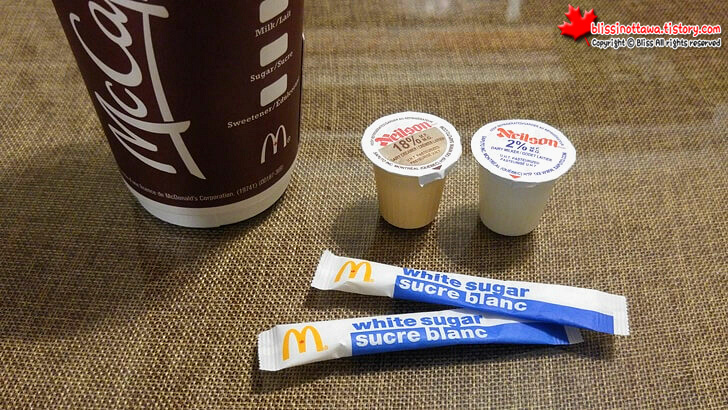 커피에 넣는 크림과 설탕