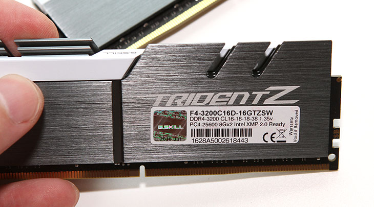 지스킬 ,트라이던트 Z ,화이트 실버, 튜닝 ,게임 ,성능,IT,IT 제품리뷰,새로운 색상의 램이 추가가 되었네요. LED 빛이 나거나 하는것은 아니지만 멋집니다. 지스킬 트라이던트 Z 화이트 실버를 이용하여 튜닝 및 게임 성능을 알아볼 것인데요. 최근 컴퓨터 견적을 맞추는 것을 보면 DDR4 램 가격이 많이 나려가다 보니 8GB 를 2개를 선택하는 경우가 많습니다. 근데 램 용량보다 중요한 것은 램 클럭 입니다. 지스킬 트라이던트 Z 화이트 실버는 고클럭을 염두해두고 나온 모델인데요. 실제로 엄청난 오버클러킹에 사용되어서 성능 향상이 있었다는 보고가 많이 올라옵니다.