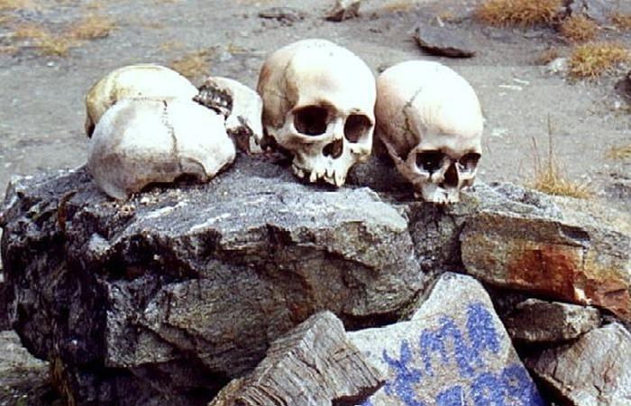 사진: 인도 루프쿤드 호수에서 발견된 두개골들. 부서지거나 구멍난 두개골과 탄소연대측정 방법을 통해서 12세기 즈음인 900년 전의 사고였음을 추정하는 중이다. [해골호수를 만든 우박]
