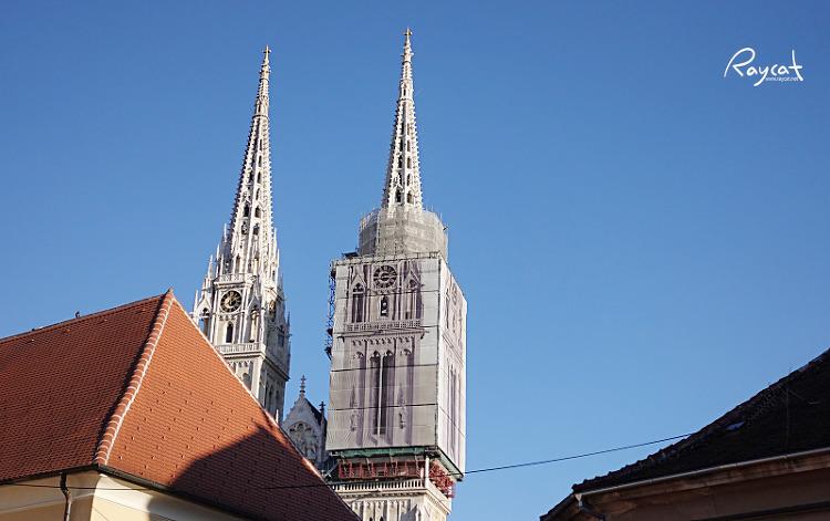 돌라츠 시장에서 본 자그레브 대성당 첨탑
