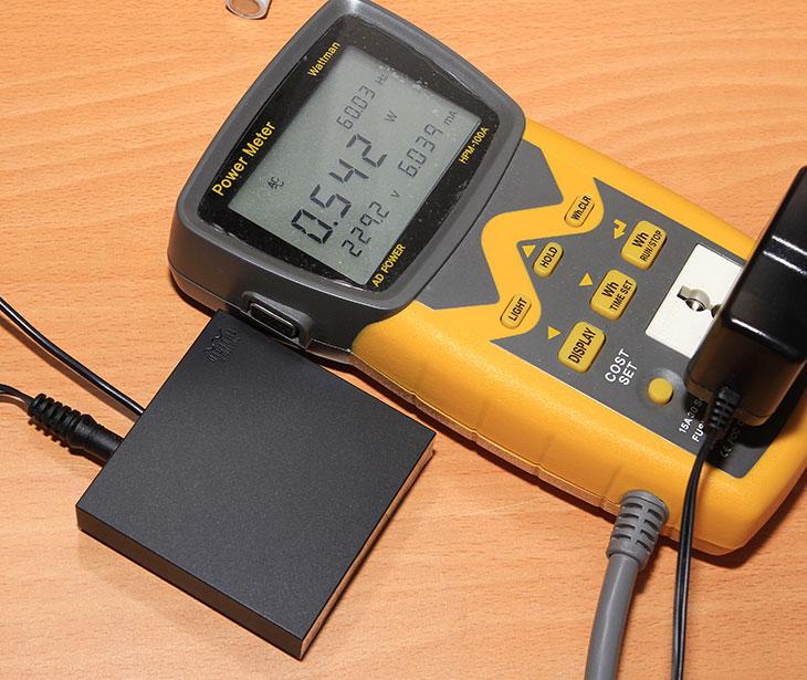 소니 무선 헤드폰 MDR-HW300K, 소니 무선 헤드폰 MDR-HW300K 후기, MDR-HW300K 후기, MDR-HW300K 사용기, IT, 헤드폰, 무선 헤드폰, 소니 헤드폰, 음향기기, 스피커, 무선 증폭기,소니 무선 헤드폰 MDR-HW300K 후기를 올려봅니다. 무선으로 또는 유선으로 사용할 수 있는 제품 입니다. 2.4GHz 디지털 무선 기능으로 선 없이 실내에서 사용할 수 있으며 필요에 따라서는 오디오 케이블을 직접 연결해서 사용할 수 있습니다. 무선으로 사용시 소니 무선 헤드폰 MDR-HW300K는 3시간충전에 10시간 사용이 가능 합니다. 무선의 경우에는 약 30m 거리 내에서 고음질 오디오를 감상할 수 있습니다. MDR-HW300K 스피커는 고자력 네오디뮴 마그넷을 사용한 40mm의 대형 다이내믹 드라이버를 사용했습니다. 무게가 가벼운 편이여서 휴대하면서 야외에서 사용할 수 있습니다. 집안에서 무선으로 사용시에는 큰 장애물만 없다면 꽤 넓은 범위 내에서 사용이 가능해서 선이 없는 자유로움을 즐길 수 있습니다.