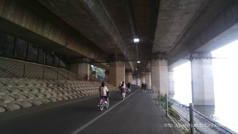 자전거타는 사람들