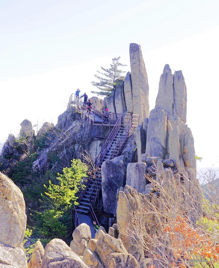 매화산 바위들과 철계단