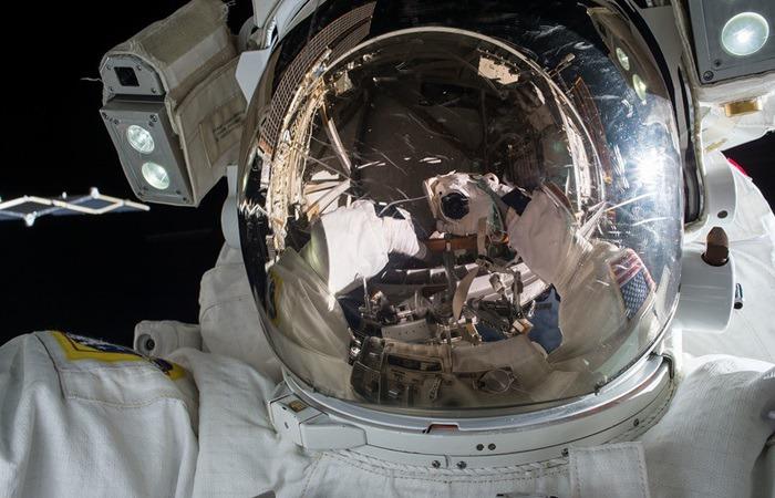 사진: 자성유체 발명은 1960년 나사가 우주개발을 하기 위해 시작되었다. 자성유체란, 우주선의 연료공급, 우주복의 밀폐 등에 사용되는 물질이다. [자석 같은 액체, 자성유체 성질]