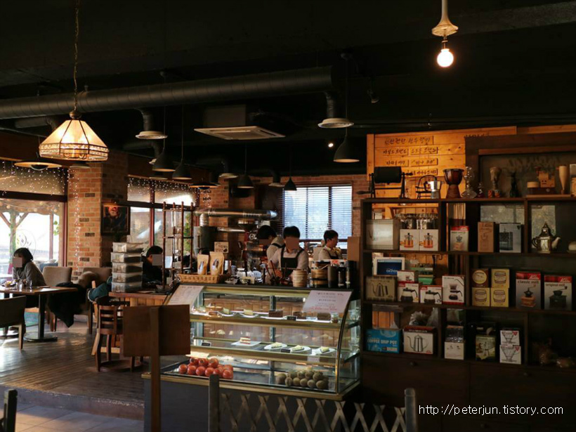 언덕위 커피나무 실내 풍경
