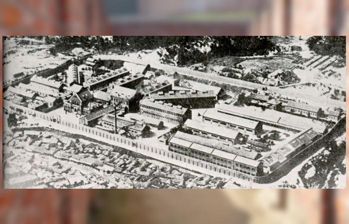 사진: 1930년대의 서대문형무소 전경 모습을 찍은 사진. 역시에서 김정련은 타벽통보법이란 것을 가르쳤다고 한다. 안창호 뿐 아니라 여운형에게도 김정련이 가르쳤다고 한다. [김정련과 서대문형무소]
