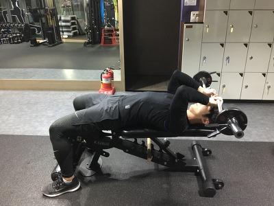 덜렁거리는 팔뚝살 집중공략 3가지운동 -[라잉 트라이셉스 익스텐션(Lying Triceps Extension)]