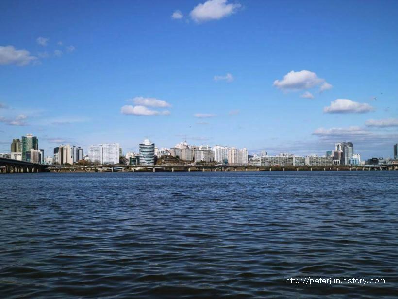 푸른 하늘과 푸른 강물
